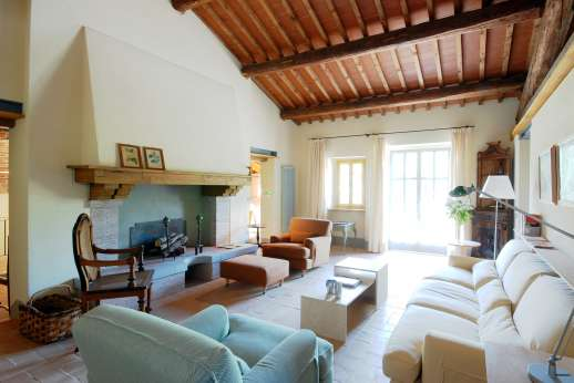 The Hamlet Casamora - L'Ulivo Casamora - First floor, sitting room with fireplace.