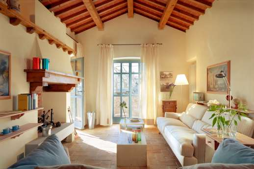 Villa La Nocciolina Casamora - Large living room with a dining area on the second floor