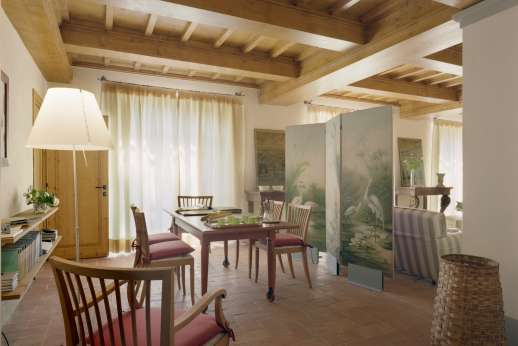 Villa Le Magnolie Casamora - The dining area doors open out to the garden and pool terrace.