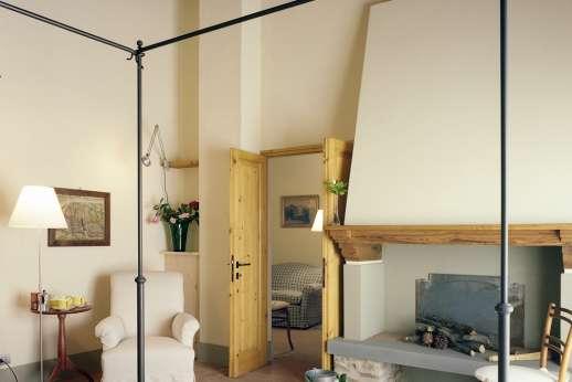 Villa Le Magnolie Casamora - The air conditioned double bedroom, with an en suite bathroom.