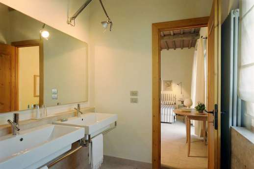 Villa Le Magnolie Casamora - One of the en suite bathrooms on the first floor.