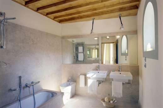 Villa Le Magnolie Casamora - The en suite bathroom with bath.