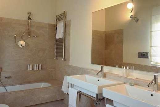 Villa Le Magnolie Casamora - An en suite bathroom.