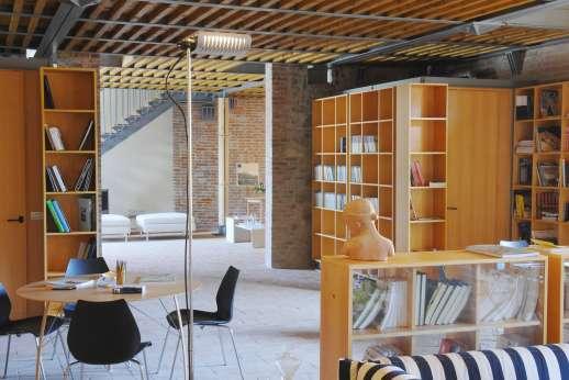 Villa Le Magnolie Casamora - The grand, two-storey structure, reception area.