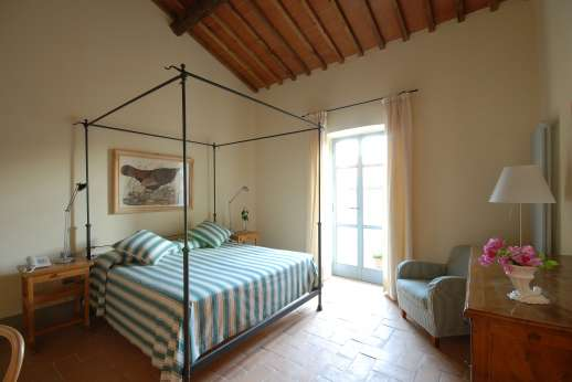 I Meli Casamora - Air conditioned double bedroom with an en suite bathroom with bath.
