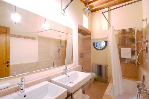 I Meli Casamora - An en suite bathroom.