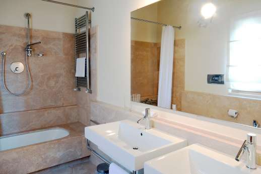Il Noce Casamora - The en suite bathroom.