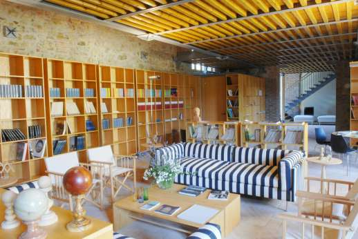 Il Noce Casamora - The Estate's reception seating area with a vast collection of books on Tuscan topics.