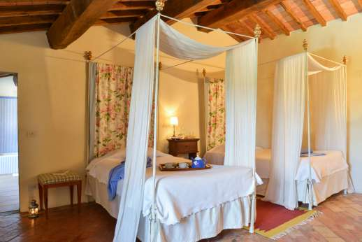 Gugliaie - Twin bedroom with double poster beds