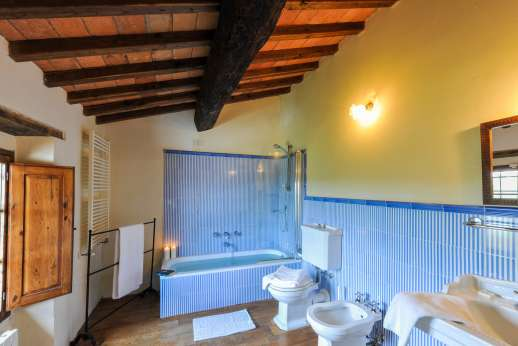 Gugliaie - Twin bedroom ensuite bathroom.