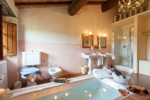 Gugliaie - The en suite bathroom with two wash basins, bath, separate shower