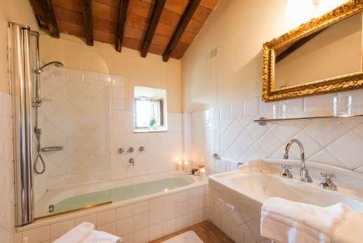 Gugliaie - Lovely modern en-suite bathrooms.