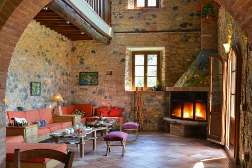 Querciatello - A large sitting room with fireplace.