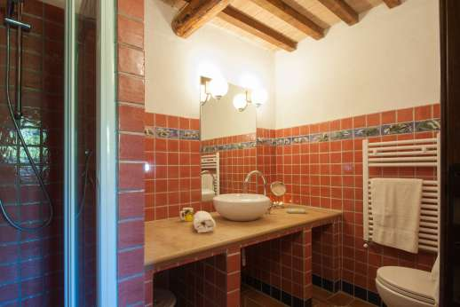 Querciatello - A bathroom with shower.
