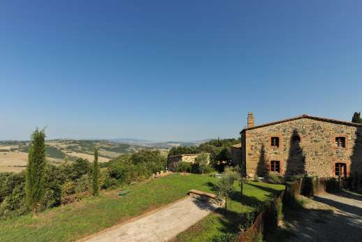 Querciatello - Set close to the edge of the Nature Reserve Berignone, a great area for nature lovers with walking and riding trails. To the north lies the city of Volterra, San Gimignano can be reached in under an hour; while Siena is just over an hours'