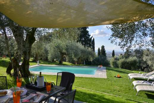 Villa Olmetto - Shaded seating area over looking the pool