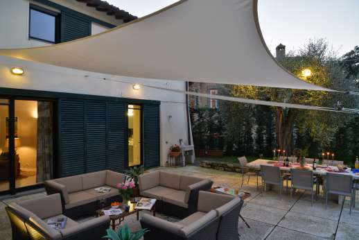 Villa Olmetto - Outside shaded seating and dining area with outdoor lighting
