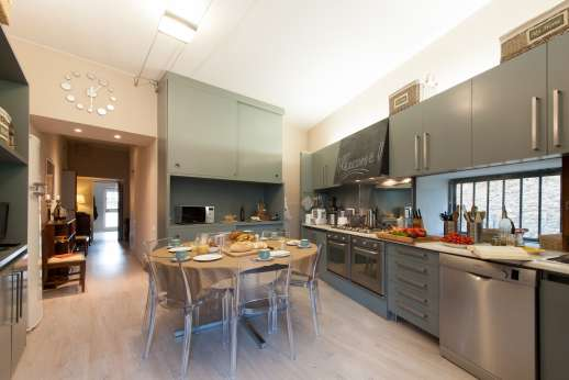 Villa Olmetto - Very well equipped kitchen leading out to a paved terrace