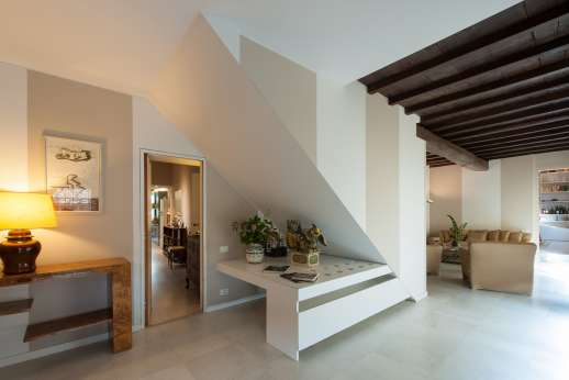 Villa Olmetto - The hall way leading to the left to the kitchen or top the right to the dining room and additional seating area.