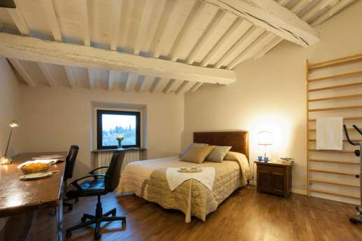 Villa Olmetto - Air-conditioned double bedroom with an ensuite bathroom with shower