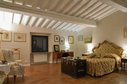 Villa Olmetto - Air-conditioned double bedroom with an ensuite bathroom