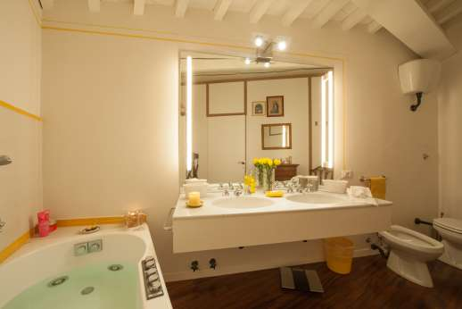 Villa Olmetto - Ensuite bathroom with Jacuzzi bath.