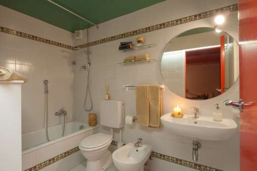 Villa Olmetto - Ensuite bathroom with bath.