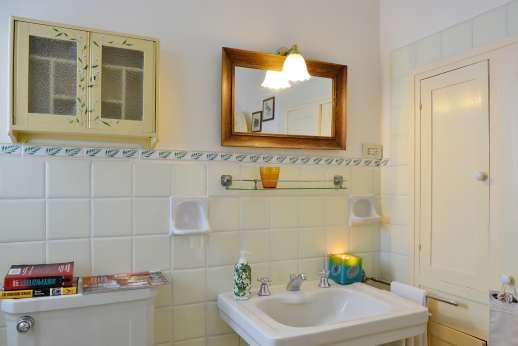The Estate of Casa Vecchia - The en suite bathroom.