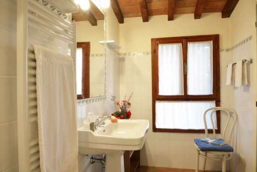 The Estate of Casa Vecchia - En suite bathroom with shower.