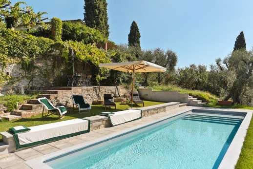 Villa le Cipressae - Pool area is divided from the garden with a gate, but it is open to the courtyside.