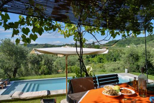 Villa le Cipressae - Enjoy your meals under the shaded pergola by the pool