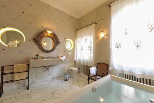 Villa le Cipressae - Ensuite bathroom with jacuzzi bath