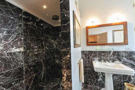 Villa le Cipressae - Ensuite marble shower