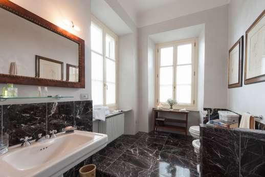 Villa le Cipressae - Ensuite marble bathroom