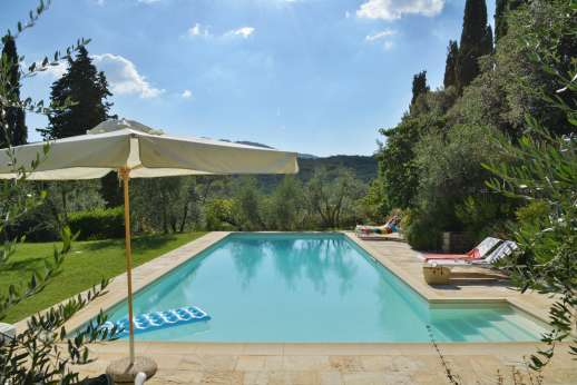 Fonte Petrini - There are stairs for easy entry and exit of the pool