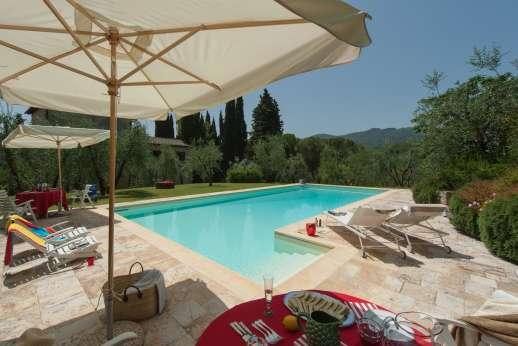 Fonte Petrini - Plenty of shaded seating around the pool