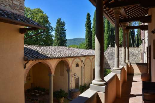Fonte Petrini - Internal courtyard with loggia furnished with shaded area for al fresco dinner and separate seating area