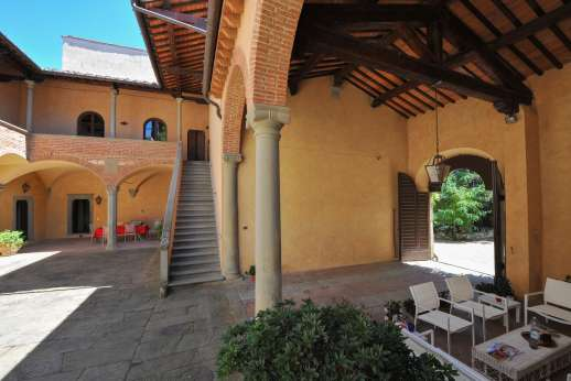Fonte Petrini - Seating area by the kitchen looking out across the courtyard