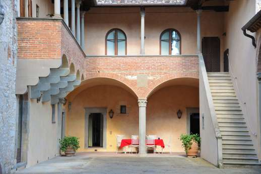 Fonte Petrini - Take your meals under the medieval arches with access into the kitchen