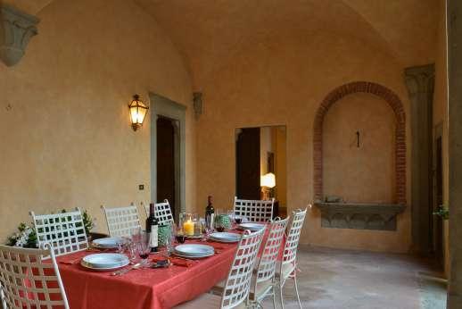 Fonte Petrini - Shaded seating area i the courtyard