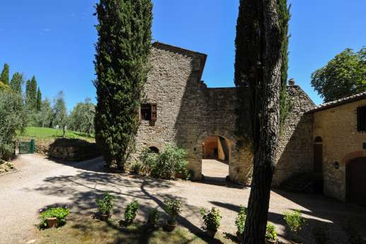 Fonte Petrini - From outside the walls leading back to the courtyard