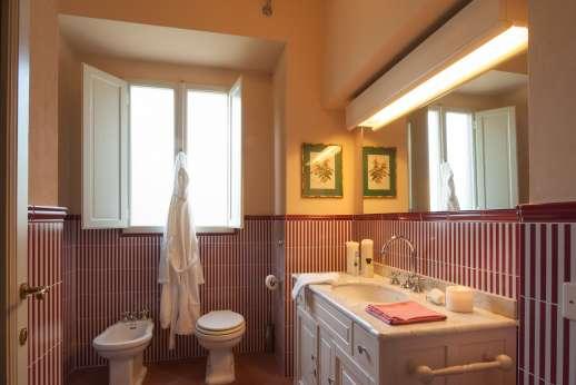 Fonte Petrini - Upper first floor master bedroom bathroom