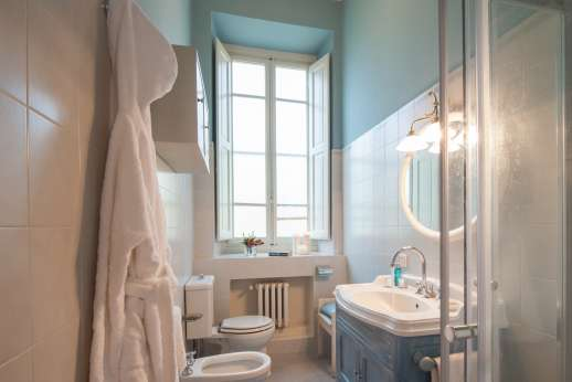 Fonte Petrini - First floor twin bedroom ensuite bathroom with shower