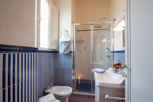 Fonte Petrini - Upper first floor bathroom with shower