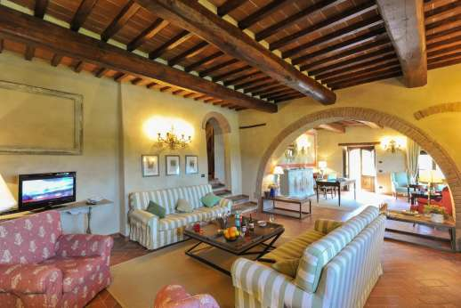 Borgo Gerlino - The two sitting rooms lead through to one another through the stone arch