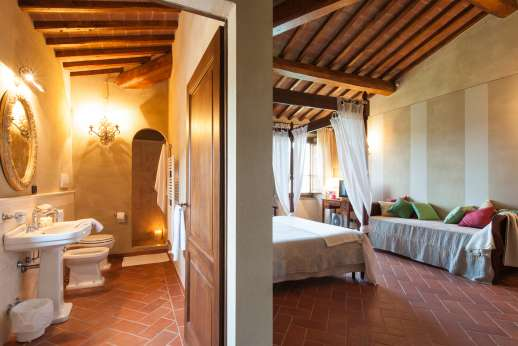 Borgo Gerlino - Main house first floor bedroom leading through to the bathroom