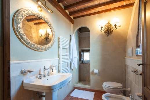 Borgo Gerlino - En suite bathroom with shower.