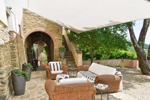 Villa Albizi - Outdoor shaded seating area