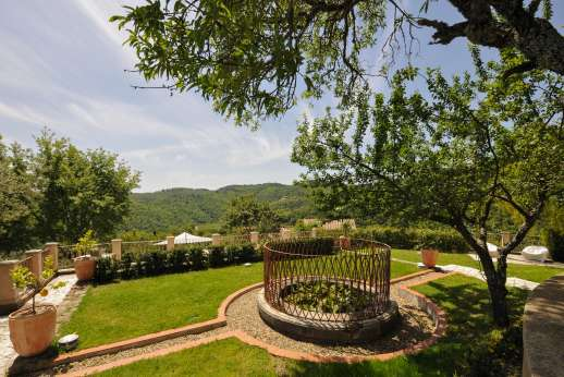 Villa Albizi - Well maintained gardens surround the villa