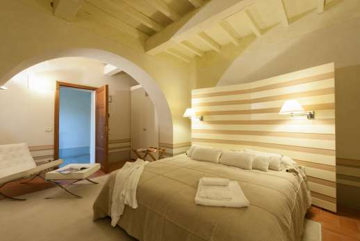 Villa Albizi - Air conditioned double bedroom [US California King size] with ensuite bathroom
